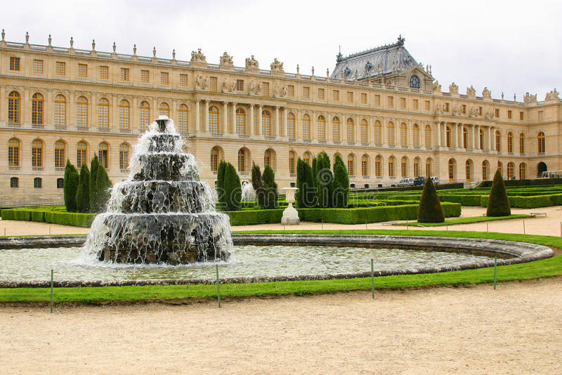 Fontaine dans le château Versailles de château photos libres de droits