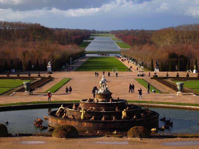 Fontaine dans le jardin du palais de Versailles image stock