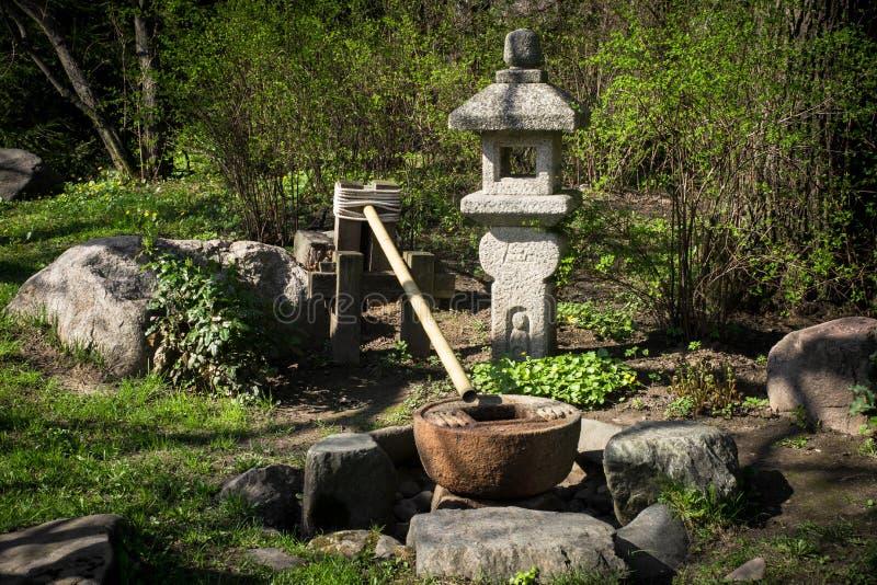 Fontaine Dans Le Jardin Japonais Photo stock - Image du lanterne ...