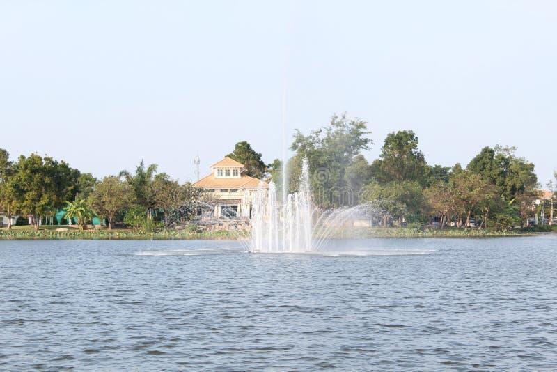 Fontaine dans le lac image libre de droits