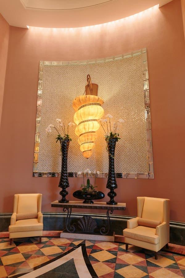 Fontaine dans le lobby de l'hôtel l'Atlantide à Dubaï, EAU image stock