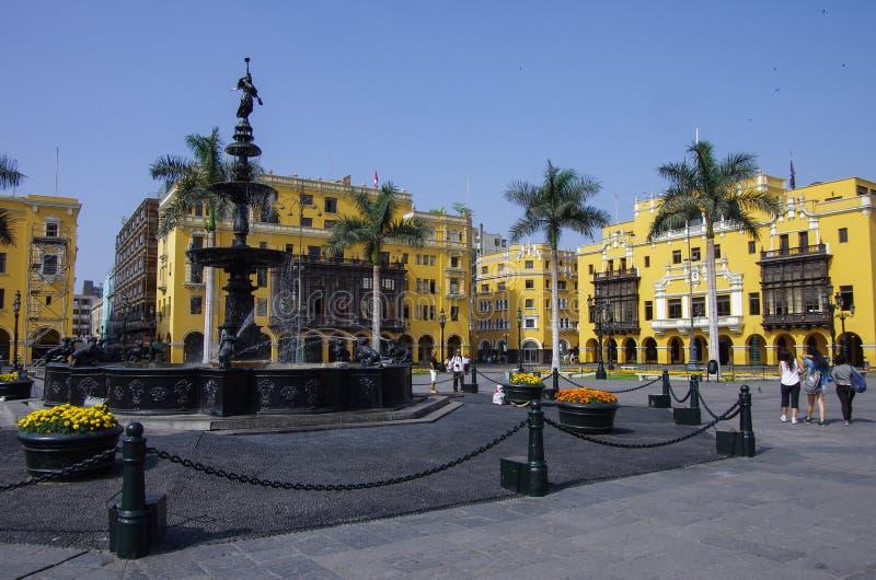 Fontaine dans le maire de plaza (autrefois, Plaza de Armas) à Lima, Pérou photographie stock
