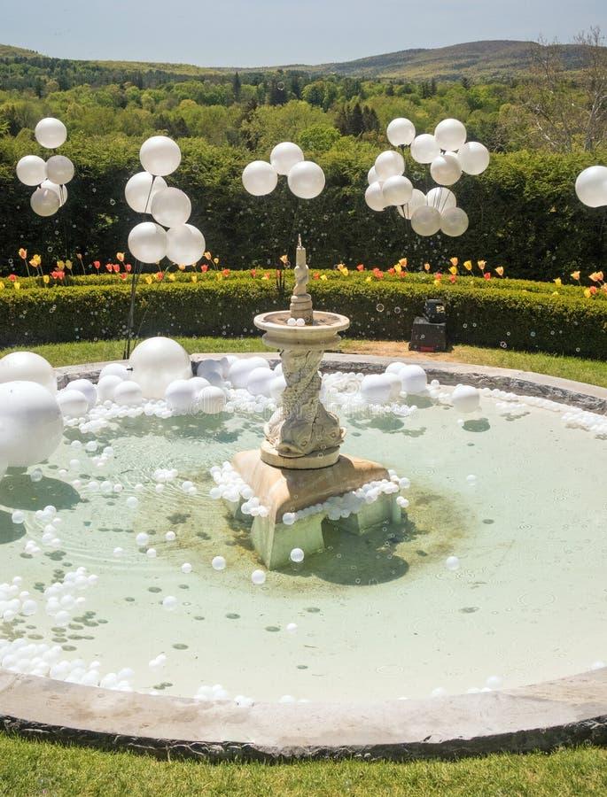 Fontaine dans les bulles circulaires rondes de bassin et de savon de l'eau photo stock