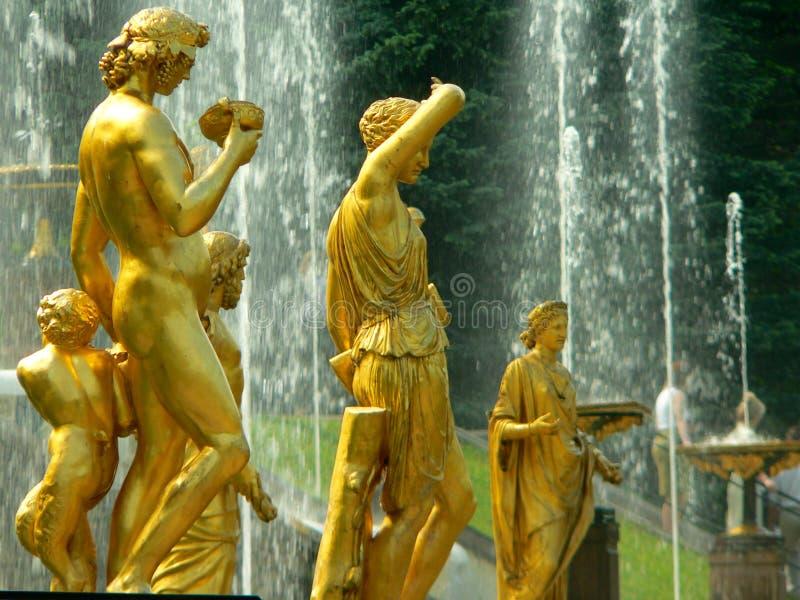 Fontaine dans Petrodvorets photo libre de droits