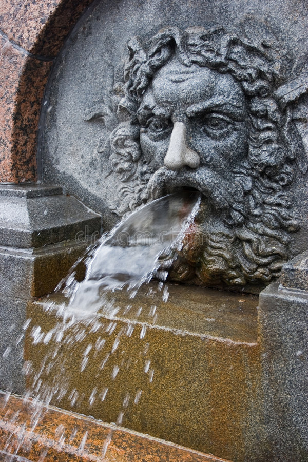 Fontaine de Bas-relief à St Petersburg, Russie image libre de droits