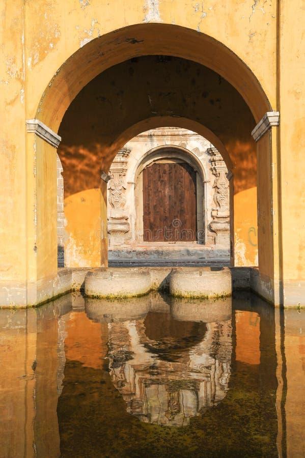 Fontaine de blanchisserie chez l'Antigua photographie stock