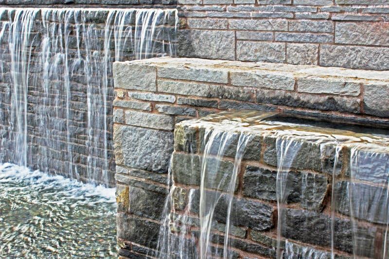 Fontaine de cascade au-dessus des briques, horizontales photographie stock