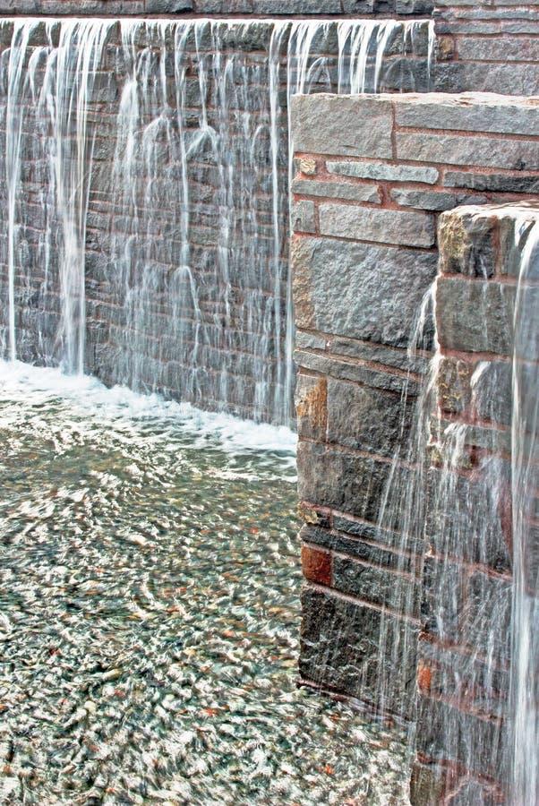 Fontaine de cascade au-dessus des briques, verticales photographie stock libre de droits