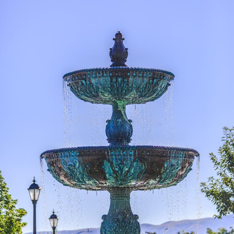 Fontaine de cuivre à deux niveaux contre le ciel bleu clair photos stock