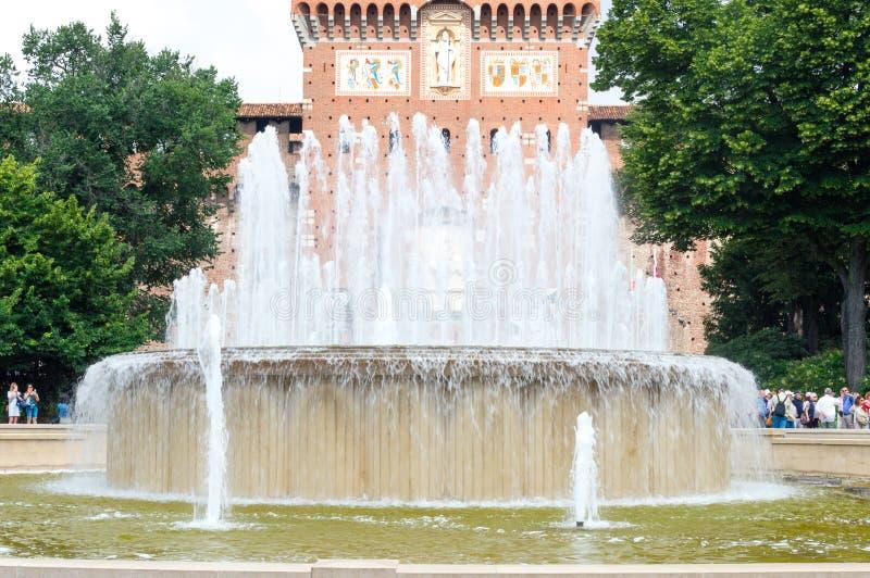 Fontaine de Di Piazza Castello près de château de Sforza images stock
