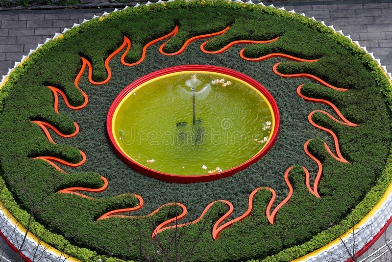 Fontaine de forme de flamme de Sun, piscine images stock