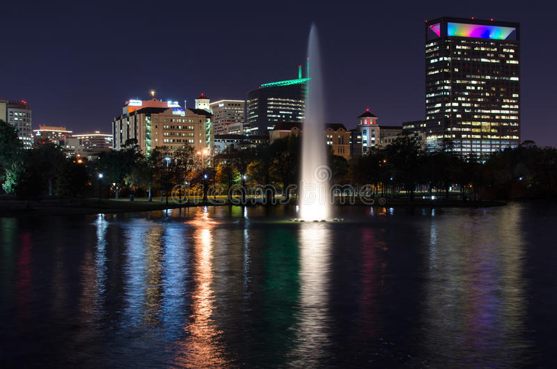 Fontaine de Hermann Park la nuit avec Texas Medical Center comme fond image stock