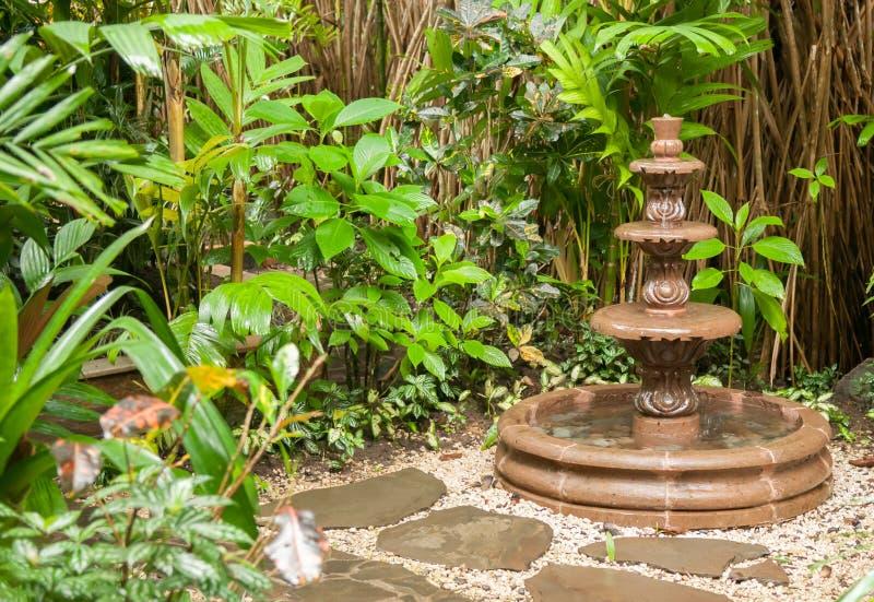Fontaine de jardin photo libre de droits