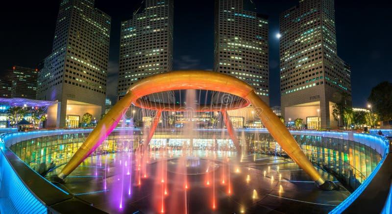 Fontaine de la richesse aux tours de ville de Suntec, Singapour photos stock