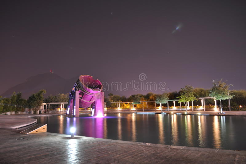 Fontaine de monument de tambour de parc de Fundidora photos stock
