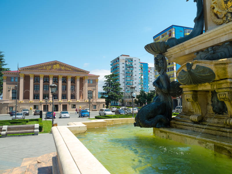 Fontaine de Neptune devant Ilya Chavchavadze State Drama Theat photographie stock
