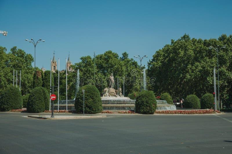 Fontaine de Neptune parmi les arbres feuillus à Madrid photos libres de droits