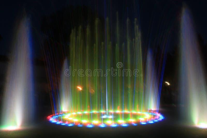 Fontaine de nuit photo stock