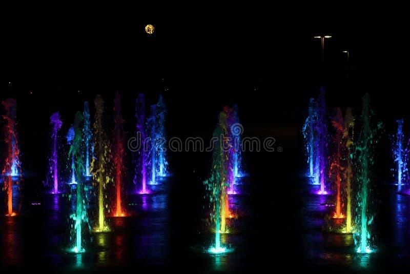 Fontaine de nuit images stock