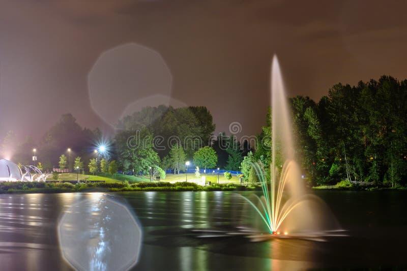 Fontaine de parc public de lac Lafarge dans la ville de Coquitlam, grand Vancouver, AVANT JÉSUS CHRIST, le Canada images libres de droits