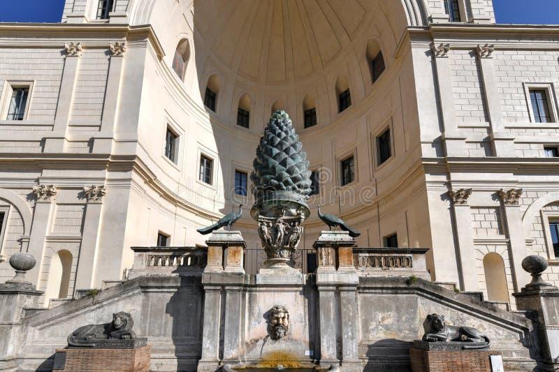 Fontaine de Pinecone - Ville du Vatican photos stock