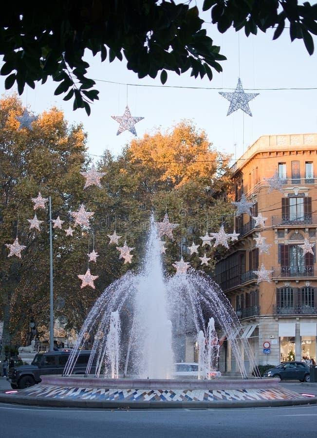 Fontaine de Plaza de la Reina avec des décorations de lumière de Noël images libres de droits