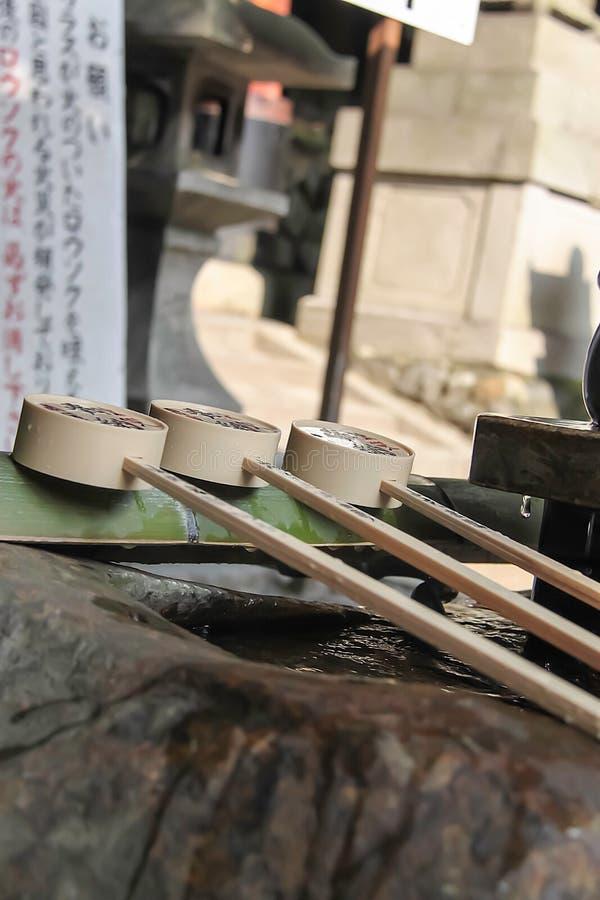 Fontaine de purification d'eau à un tombeau japonais images libres de droits