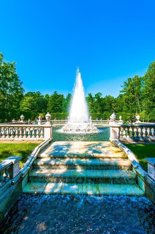 Fontaine de pyramide dans Peterhof photo libre de droits