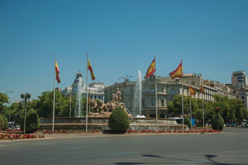 Fontaine de rue et de Cybele avec les drapeaux espagnols à Madrid photos stock