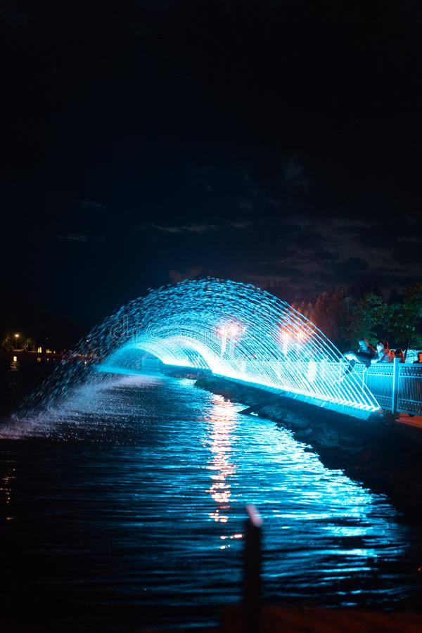 Fontaine de soirée de ville photos libres de droits
