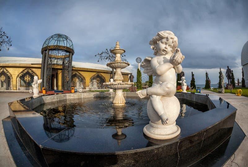 Fontaine de statue d'ange au Kirghizistan photos stock