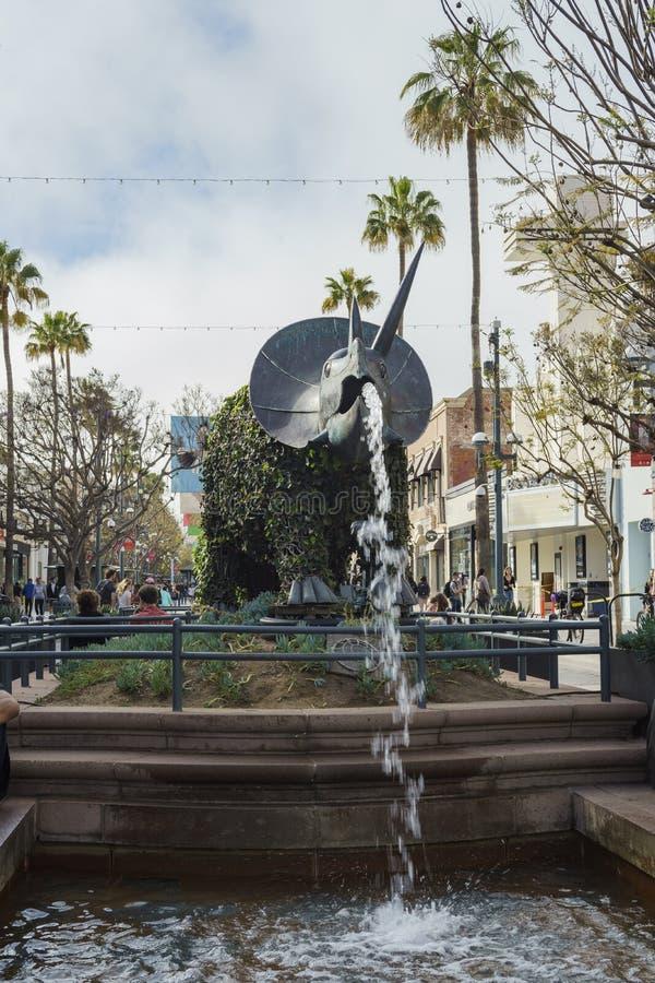 Fontaine de statue de style de dinosaure chez Santa Monica photographie stock