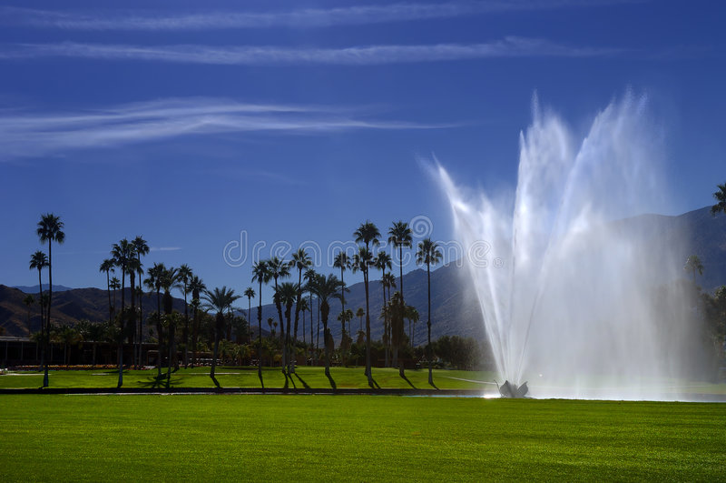 Fontaine de terrain de golf images libres de droits