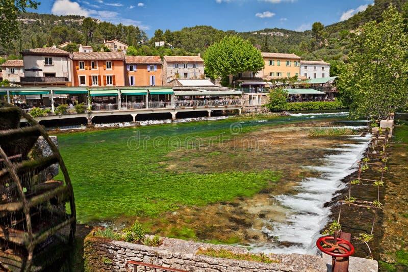Fontaine de Vaucluse, Provence, Francia: paisaje del pueblo fotos de archivo