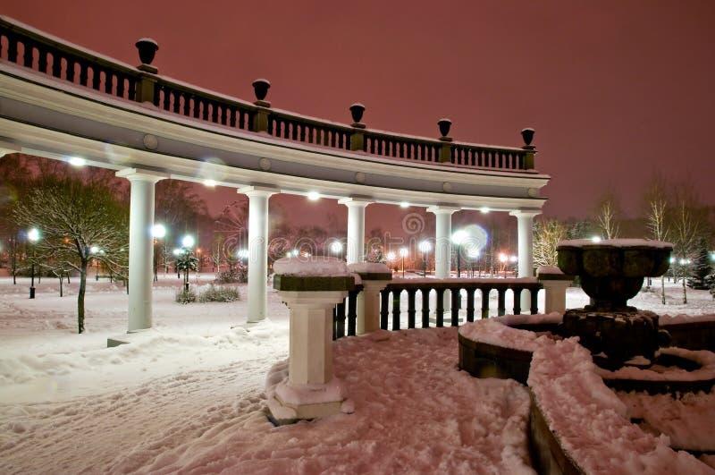 Fontaine de ville en hiver image stock