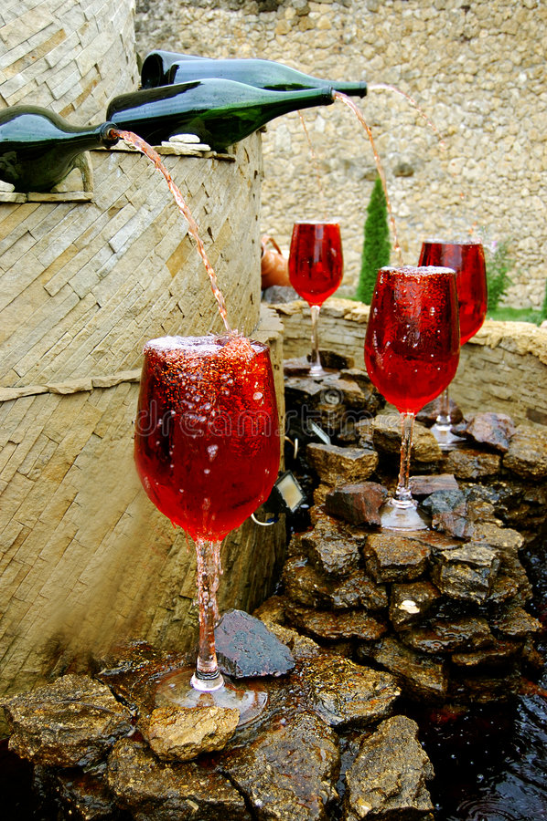 Fontaine de vin rouge images stock