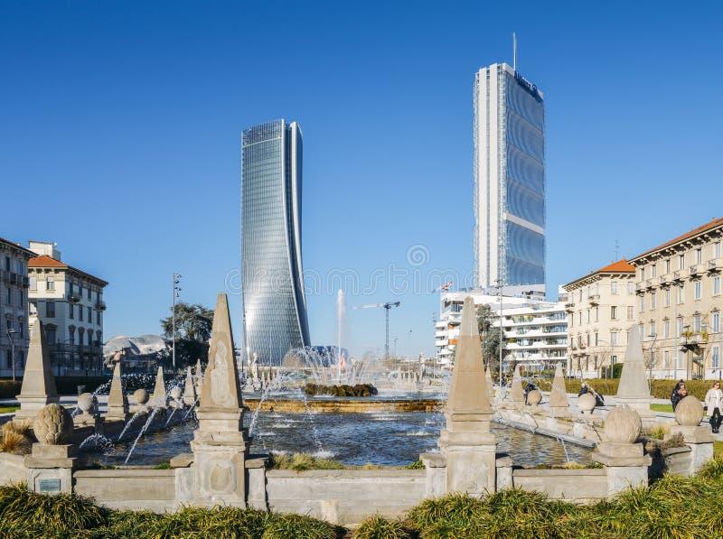 Fontaine des quatre saisons dans Piazza Giulio Cesare, Citylife, avec des gratte-ciel de l'IL Dritto et de l'IL Storto à l'arrièr photos libres de droits