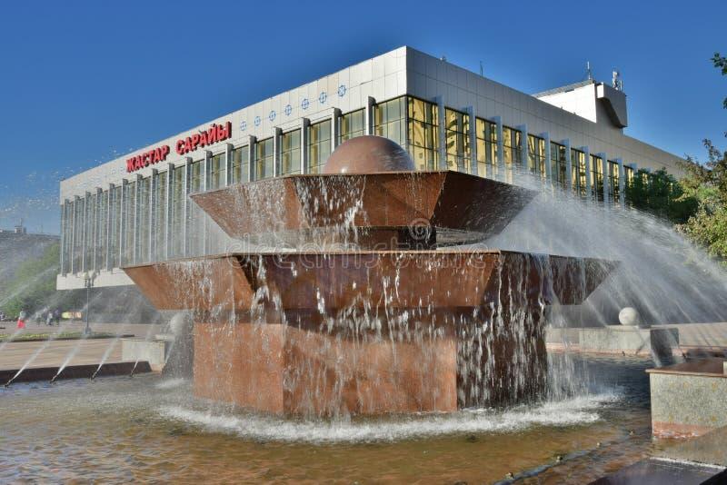 Fontaine devant le PALAIS de la JEUNESSE à Astana photographie stock libre de droits