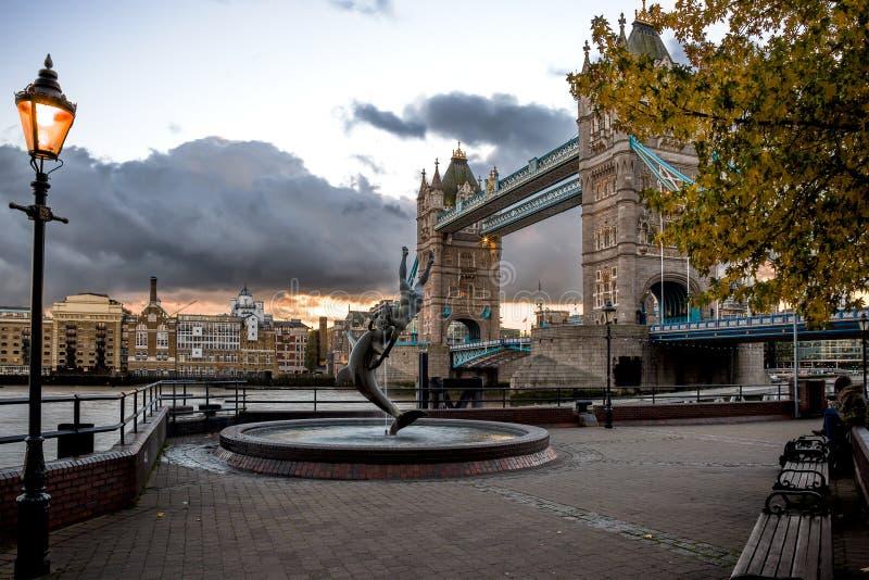 Fontaine devant le pont de tour au coucher du soleil photo libre de droits