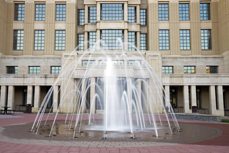 Fontaine devant le tribunal à Lexington photos libres de droits