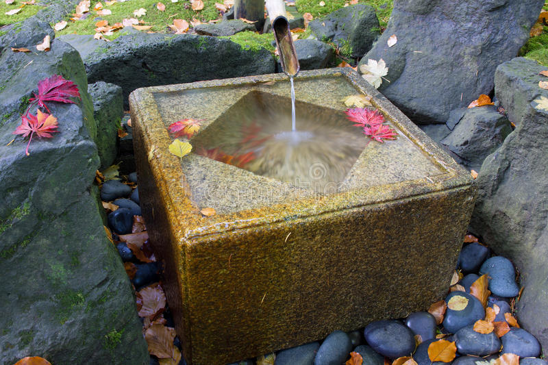 fontaine en bambou japonaise avec le bassin en pierre photo stock image 21805032. Black Bedroom Furniture Sets. Home Design Ideas