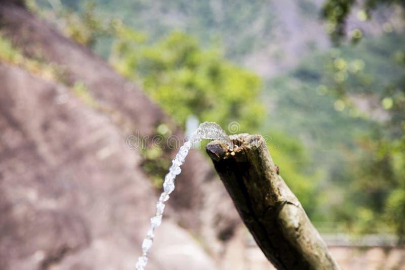 Fontaine en bois avec de l'eau photo libre de droits