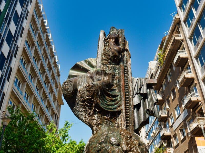 Fontaine en bronze moderne de statue, rue d'Ermou, Athènes image libre de droits