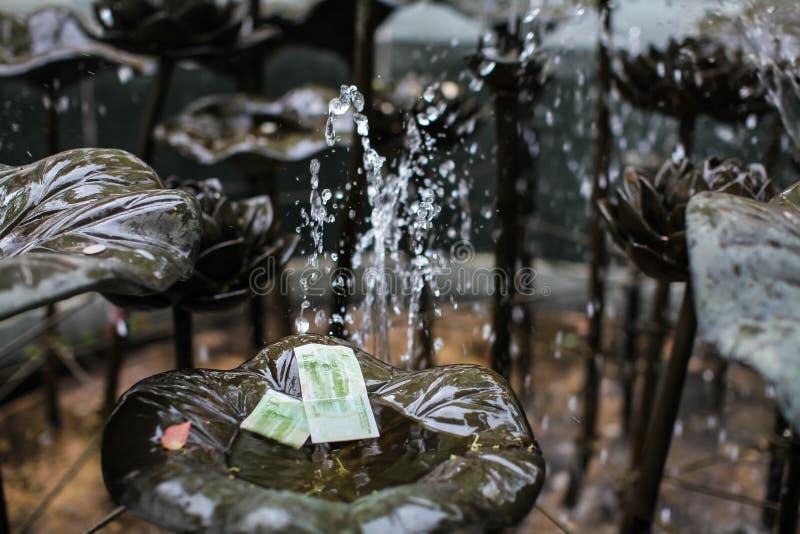 Fontaine en parc dans le temple de Hong Kong en lequel les gens jettent la monnaie et les billets pour la chance photographie stock libre de droits