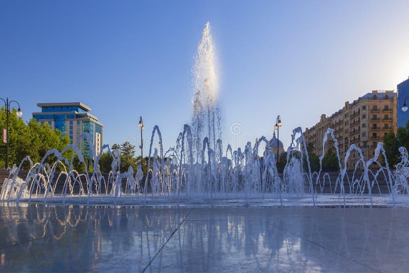 Fontaine en parc de ville à Bakou images stock