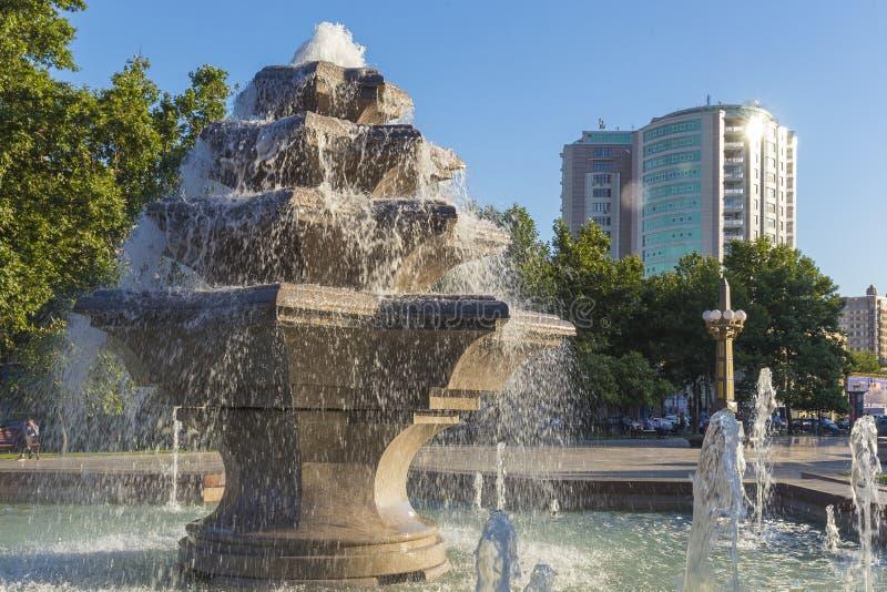 Fontaine en parc de ville à Bakou photographie stock libre de droits