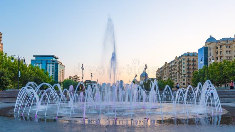 Fontaine en parc de ville de boulevard d'hiver photographie stock
