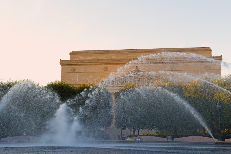 Fontaine en parc devant les archives nationales construisant avant coucher du soleil dans le Washington DC, Etats-Unis photo libre de droits