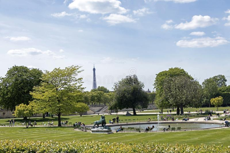 Fontaine en parc du Louvre avec la tour d'Eifell sur le fond, Paris france photo libre de droits