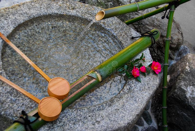 Fontaine en pierre de purification à Kyoto image libre de droits